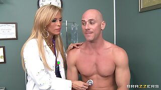 Defamatory doctor Amber Lynn takes off her clothes to have amazing sex